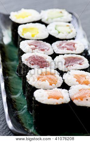 rolos com salmão e atum