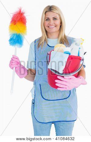 Señora de la limpieza con plumero con un cubo en el fondo blanco