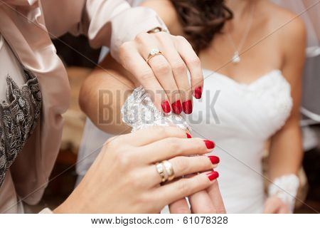 dressing the bridal jewelry
