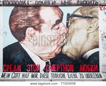 East Side Gallery Graffiti Kiss