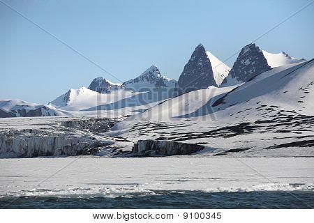 arktischen Winter Landschaft Berge und Gletscher