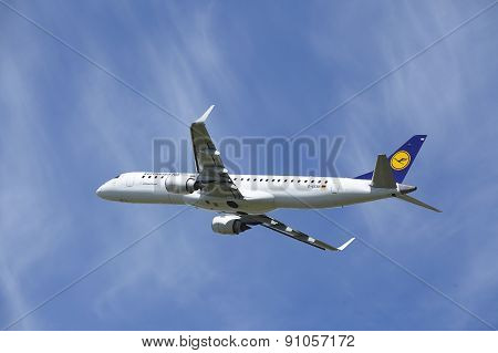 Amsterdam Airport Schiphol - Embraer Erj-195 Of Lufthansa Cityline Takes Off
