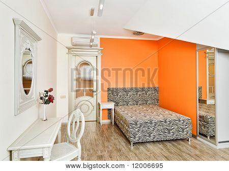 Moderne Schlafzimmer In hellen Orange Farben mit Zebra gemusterte Bett