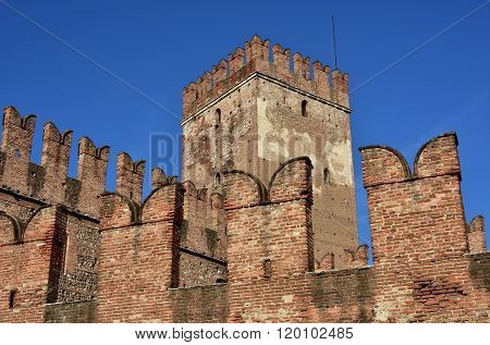 Castelvecchio Keep And Ghibelline Battlements In The Center Of Verona
