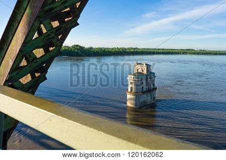 U.S.A., Missouri, St Louis area, Route 66, the water tower on the Mississippi river seen from the Chain of Rocks bridge.