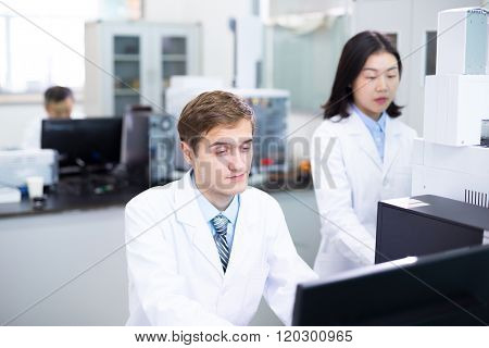 people analysis experimental data by using computer in lab