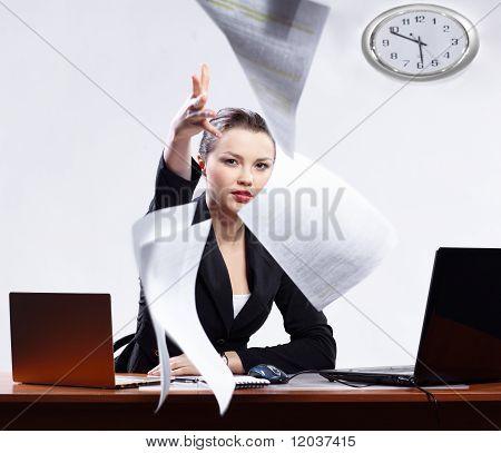 Geschäftsfrau mit zwei Laptops