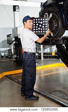 Mechanic Adjusting Wheel Alignment Machine