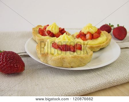 Strawberry pudding tartlets