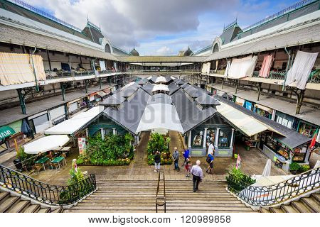 PORTO, PORTUGAL - OCTOBER 15, 2014: Shoppers at the Mercado Bolhao Market.