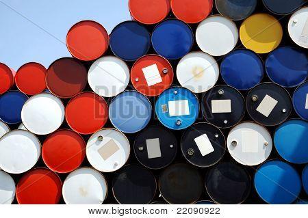 Barriles de aceite apilan encima de carga