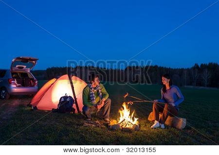 Barraca camping carro par romântico sentado pela paisagem de noite de fogueira