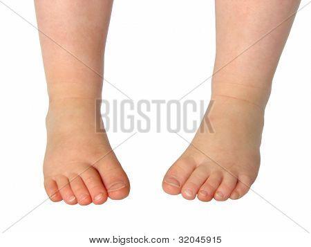 Pies del bebé aislados en blanco