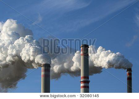 Detalle de chimenea de fumar de la planta de energía de carbón