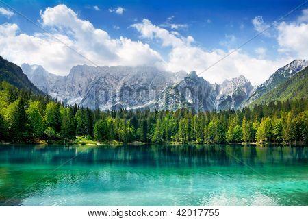 schöner See mit den Bergen im Hintergrund