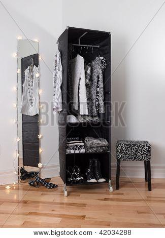 Spiegel und mobilen Kleiderschrank Kleidung