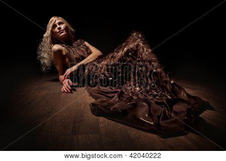 Mode-Stil-Foto von einer jungen Blondine in braunen Kleid