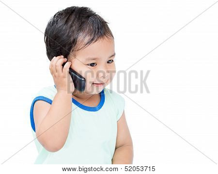 Lindo niño hablando por teléfono celular