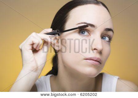 Jovem aplicando Mascara em seu próprio