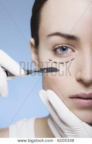 Jovem mulher com marcas no rosto fica cirurgia