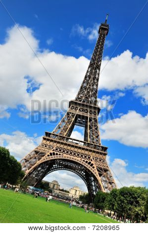 Beautiful photo of the Eiffel Tower in Paris
