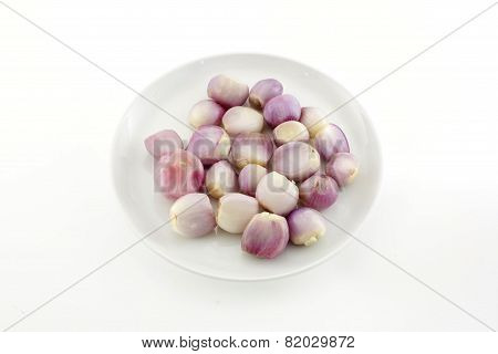 Close Up Of A Bowl Of Peeled Shallots Isolate White Background