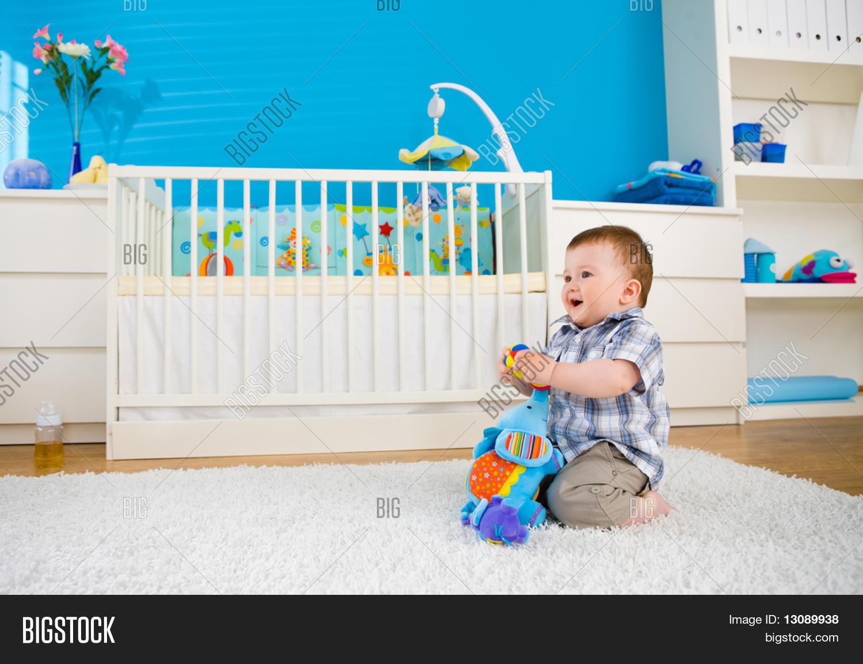 doce beb menino 1 ano de idade sentado no ch o em casa e brincar com brinquedos macios no. Black Bedroom Furniture Sets. Home Design Ideas