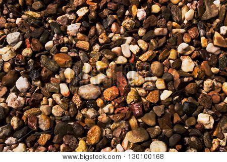 povrch z jemných barevných kamínků s nádechem hnědé barvy