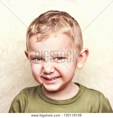 little child portrait and fur background