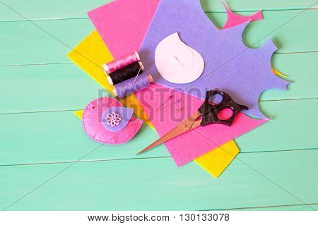 Felt bird, threads and a needle, sheets of felt, pins, scissors, paper templates - sewing set. How to make decorative toy