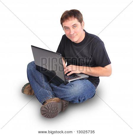 Hombre sentado en blanco con ordenador portátil