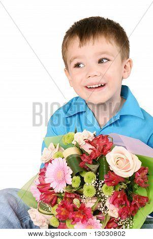 ein Junge mit Bouquet von Blumen