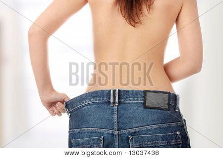 Frau zeigen wie viel Gewicht sie verloren.