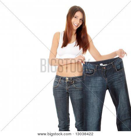 Frau zeigen wie viel Gewicht sie verloren. Isoliert
