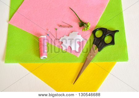 Thread, needle, pin, scissors, a template sheet, felt, metal base for brooches - how to make handmade brooch, sewing kit