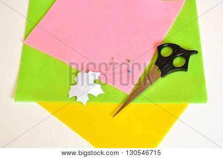 Pins, scissors, a template sheet, felt - how to make handmade brooch, sewing kit