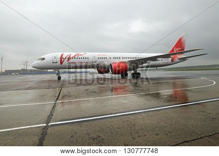 Boeing 757 Vim Airlines Taxiing.