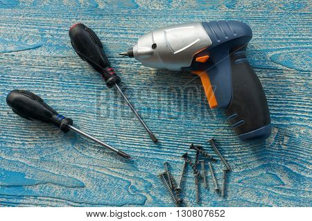 The photo shows the screwdriver and screws