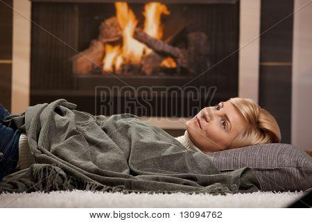 Frau Ruhe zu Hause liegen am Boden vor dem Kamin,