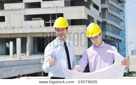 Equipo de arquitectos personas en grupo en el sitio de construciton revisar documentos y flujo de trabajo