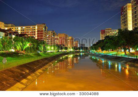 Un río de noche en Pasir Ris