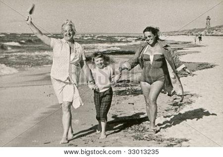 Vintage Foto Mutter und Tante mit kleinen Mädchen am Strand (50er)