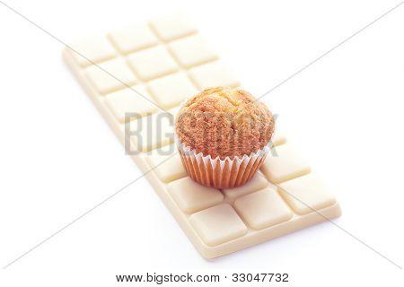 Barra de White Chocolate y Muffin aislado en blanco