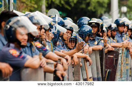 Polícia de choque durante protesto de dia internacional da mulher