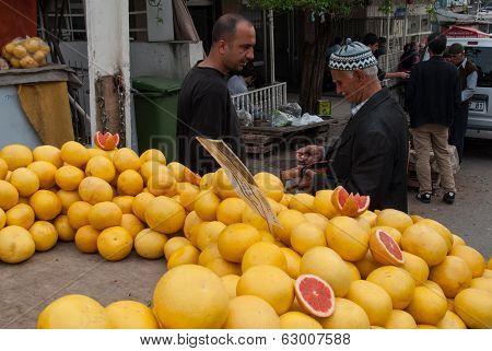 Selling Grapefruits In Izmir, Turkey