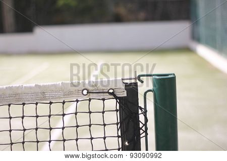 Tightening the tennis net