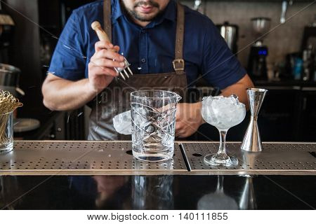 Bartender Mannually Crushed Ice