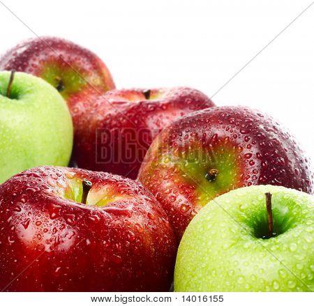 Grüne und rote Äpfel auf weißem Hintergrund