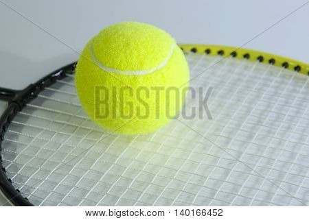Инвентарь для игры в теннис: ракетка и мяч