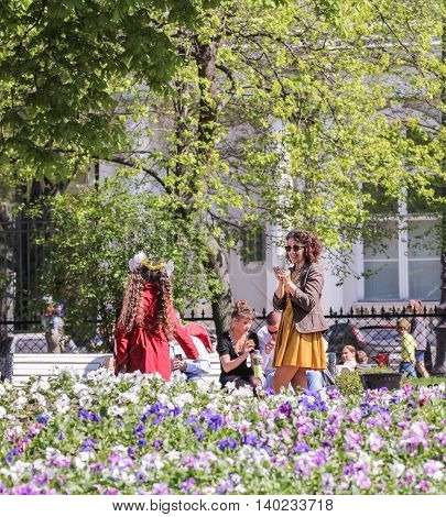 St. Petersburg, Russia - 9 May, Young mother photographed the daughter, 9 May, 2016. Vacationers people on the lawns and gardens in the city.